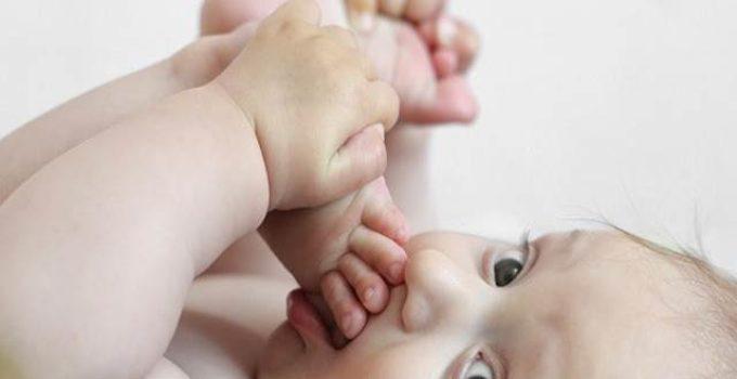 Baby beißt sich in den Fuß